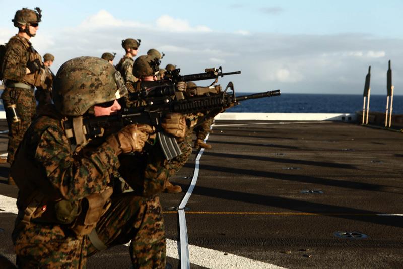 Militares realizando entrenamiento táctico . IPSC en cubierta de barco