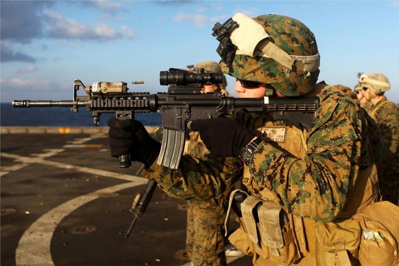 Militares realizando entrenamiento táctico en allta mar sobre una cubierta de barco