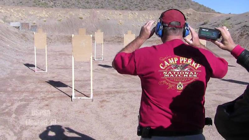 Hombre de espalda entrenando el triple Bill Drill.