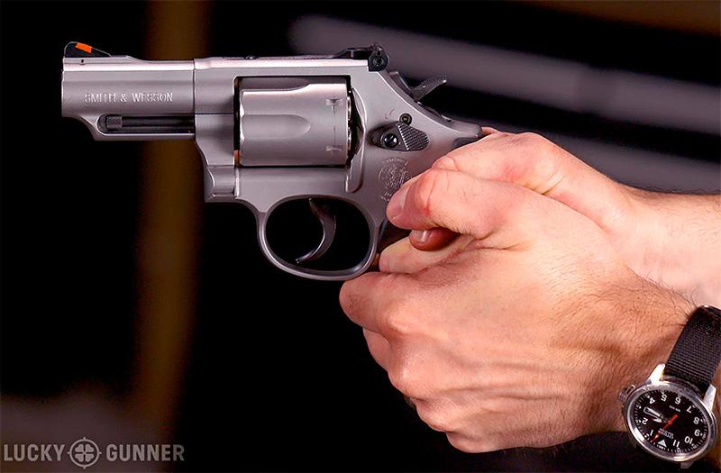 empuñar revolver